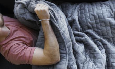 Cette nouvelle couverture utilise la gravité pour vous aider à vous détendre et à vous endormir