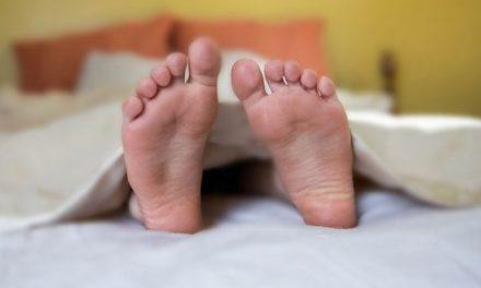 Voici pourquoi il faut mettre un pied hors de la couverture pour mieux dormir